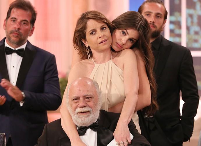 Drica Moraes, Camila Queiroz e Tonico Pereira protagonizam momento carinhoso (Foto: Isabella Pinheiro/Gshow)