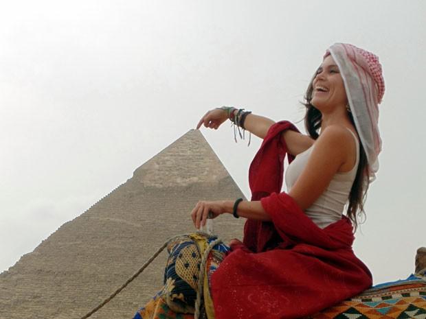 Kívia Costa em sua passagem pelo Egito; ela deu a volta ao mundo em um ano e um mês (Foto: Kívia Costa/Arquivo pessoal)