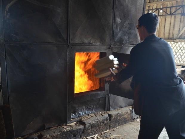 Pasta base de maconha foi incinerada em uma madeireira de Vilhena, RO (Foto: Jonatas Boni/G1)