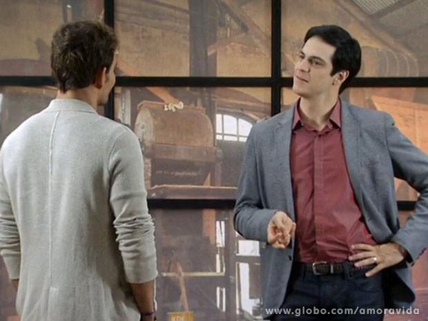 Félix fica impressionado com a repaginada de Ninho (Foto: Amor à Vida/TV Globo)