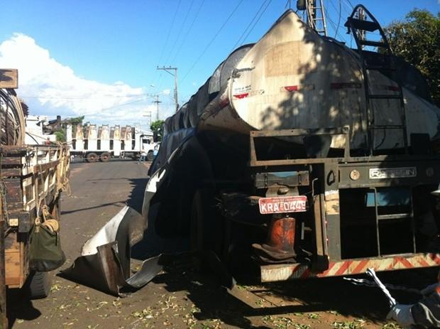 Parte superior do caminhão tanque foi arrancada (Foto: Alysson Maruyama / TV TEm)