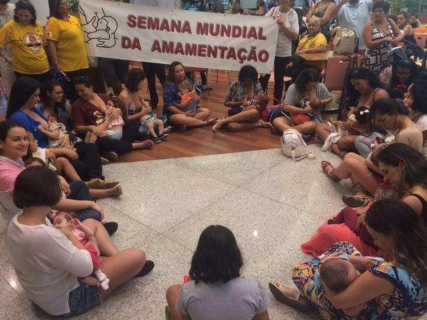 Mulheres fizeram atividade em shopping de Maceió (Foto: Carolina Sanches/G1)