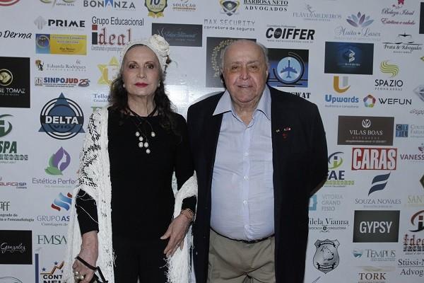 Mauro Mendonça com a mulher, Rosamaria Murtinho, que ganhou o Prêmio Nelson Rodrigues por seu arrebatador desempenho na peça Doroteia (Foto: Marcello Sá Barretto/ Ag News)