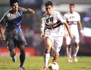 Osvaldo na partida do São Paulo contra o Universidad AP (Foto: AP)