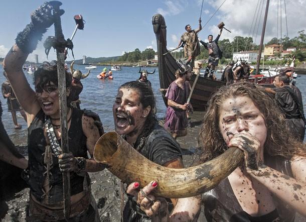 Mulheres também participam do festival na Catoira, município na província de Pontevedra, comunidade autónoma da Galiza (Foto: Lalo R. Villar/AP)