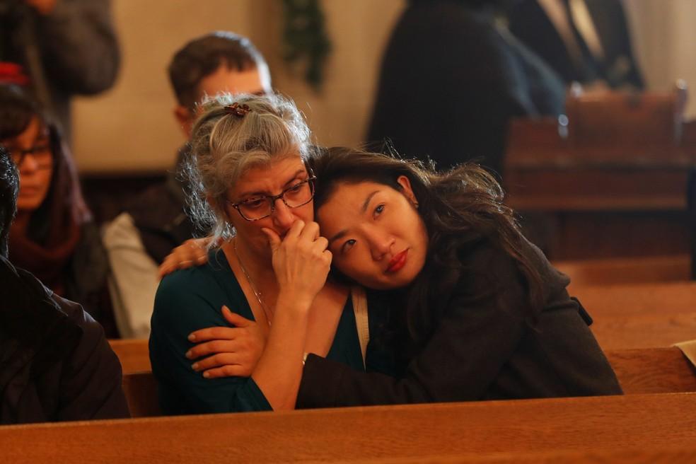 Pessoas fazem vigília pelas vítimas de um incêndio em uma festa na cidade de Oakland, na Califórnia, neste domingo (4) (Foto: Reuters/Stephen Lam)