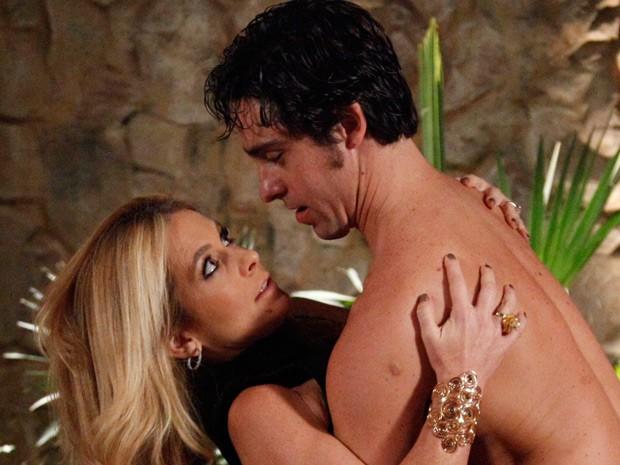 Pamela escorrega e cai nos braços de Ernesto  (Foto: Raphael Dias / TV Globo)