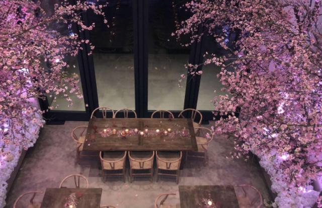 O ambiente do chá de bebê de Kim Kardashian, decorado com flores de cerejeira (Foto: reprodução/instagram)