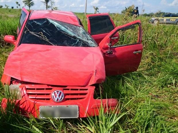 Durante fuga, trio capotou carro furtado de sargento aposentado na BR-364 (Foto: Divulgação/PRF-AC)