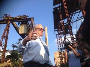 Cláudio Guerra, ex-delegado da Polícia Civil, participa da reconstituição (Foto: Letícia Bucker/G1)