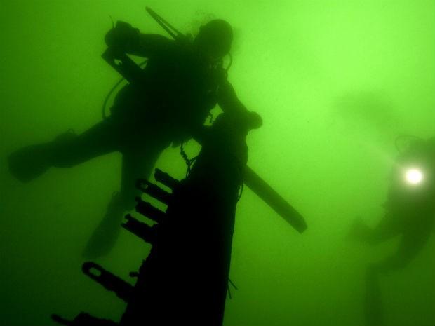 Mergulhador no lago Paranoá (Foto: Beto Barata/Divulgação)