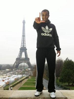 Lucas em Paris (Foto: Reprodução / Twitter)
