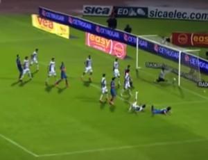 BLOG: Pés pelas mãos: goleiro do Belgrano mergulha no canto e defende com a sola