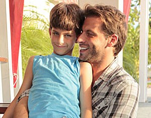 Henri Castelli levou o filho para assistir à estreia de Flor do Caribe (Foto: Flor do Caribe/TV Globo)
