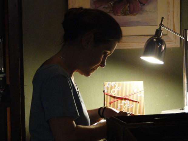 Inês guarda fotos e recortes de Beatriz (Foto: Juliana Lessa/Gshow)