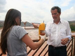 O doutor em recursos hídricos Marco Aurélio Caiado recolheu amostras da água do rio (Foto: Divulgação/ Ifes)