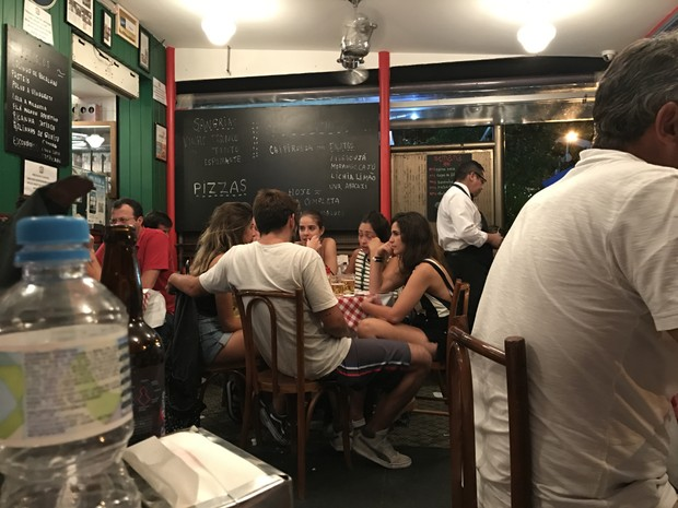 Bruno Gissoni em bar com grupo de garotas (Foto: EGO)