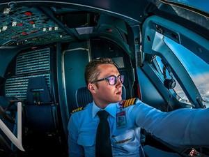 O piloto Karim Nafatni tira foto na cabine de uma aeronave (Foto: Karim Nafatni/Divulgação)