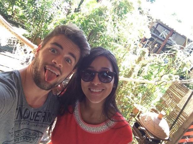 Rafael e Talita posam nos bastidores do Paparazzo (Foto: Twitter / Reprodução)