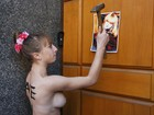 Ativista do Femen faz protesto contra sequestro de sua irmã na Ucrânia