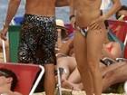Rita Guedes tira o biquíni e mostra ótima forma em dia de praia