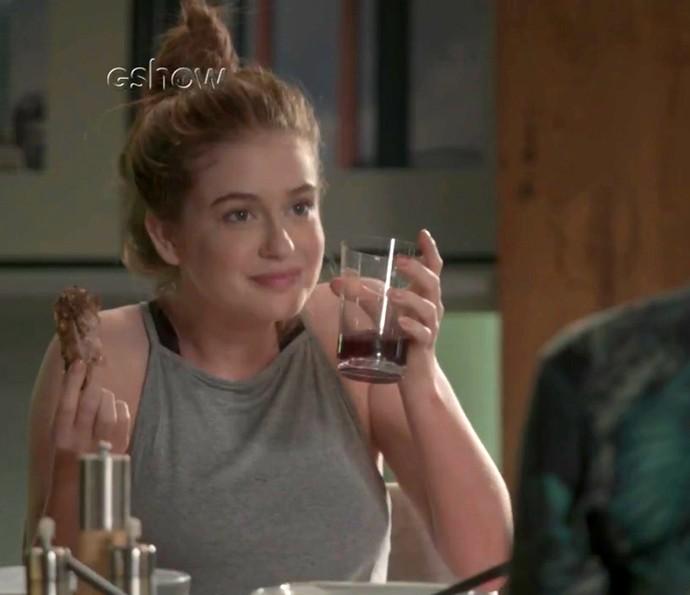 Eliza faz vergonha na frente Max e Arthur (Foto: TV Globo)