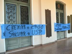 Faixas foram colocadas na entrada do prédio principal da USP em Piracicaba (Foto: Fernanda Zanetti/G1)