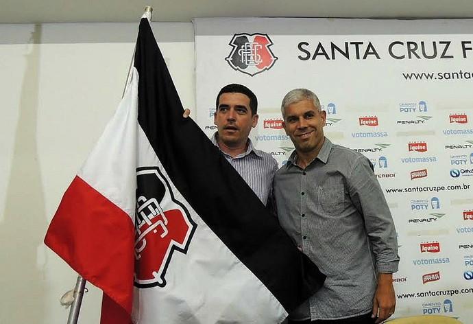 apresentação de Ricardinho, novo técnico do Santa Cruz (Foto: Lucas Liausu)