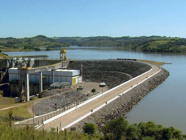 Baixo nível de Rio Grande faz usina reduzir produção de energia no Sul de Minas (Foto: Reprodução EPTV / Erlei Peixoto)