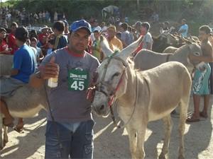 Geovaldo usa latinha para fazer o jegue correr mais (Foto: Rafael Melo/G1)