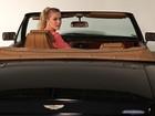 Fiorella Mattheis posa em carro de James Bond em ensaio fotográfico