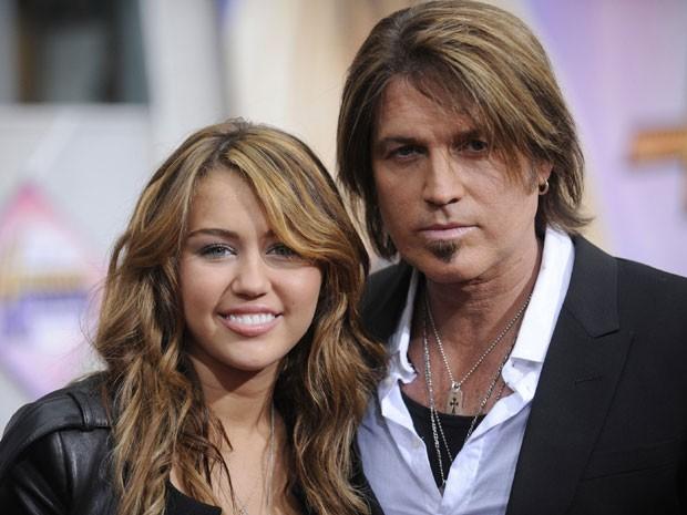 Em foto de abril de 2009, Billy Ray Cyrus posa ao lado da filha, Miley Cyrus, conhecida pelo personagem televisivo Hannah Montana (Foto: Reuters)