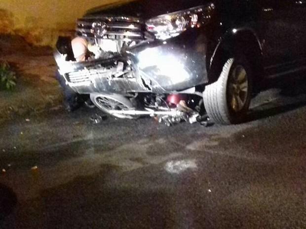 Moto foi parar embaixo da caminhonete (Foto: José Luiz Lançoni/Votuporanga Tudo)