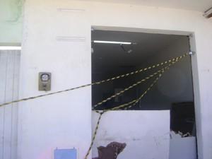 Ponto de autoatendimento ficou parcialmente destruído (Foto: Waléria Assunção/TV Paraíba)