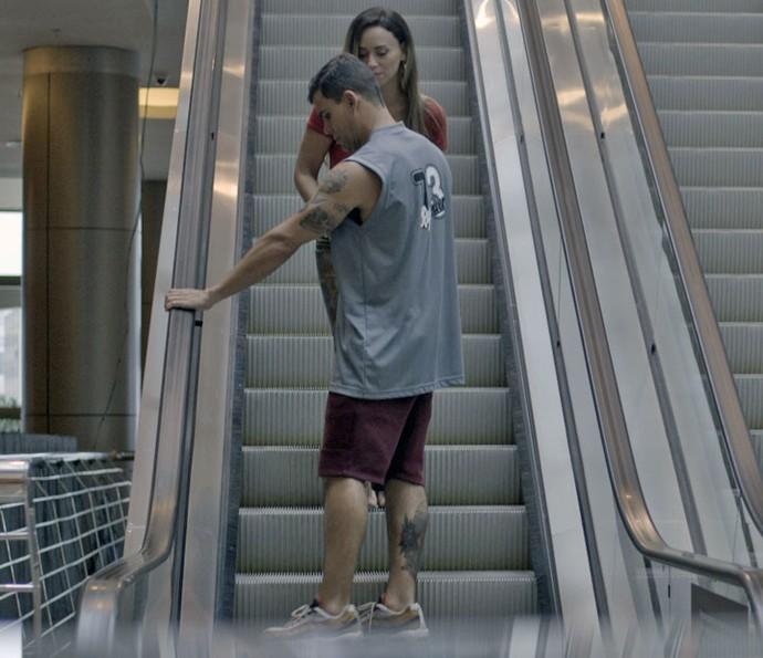 Merlô fica com medo de escada rolante, mas Janete o ajuda (Foto: TV Globo)