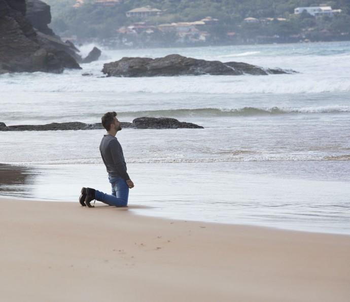 Mario vai até a praia, um pouco desorientado (Foto: Lydio Cerqueira/Gshow)