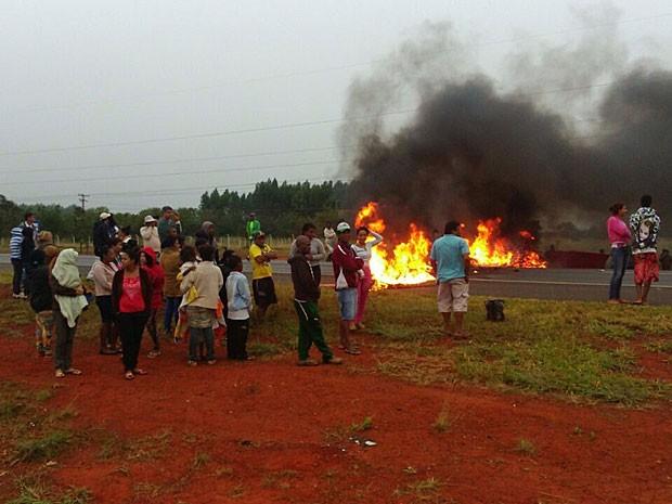 Trecho da rodovia BR-020 no Distrito Federal fechado por pneus queimados (Foto: Cleber Elias/Arquivo Pessoal)