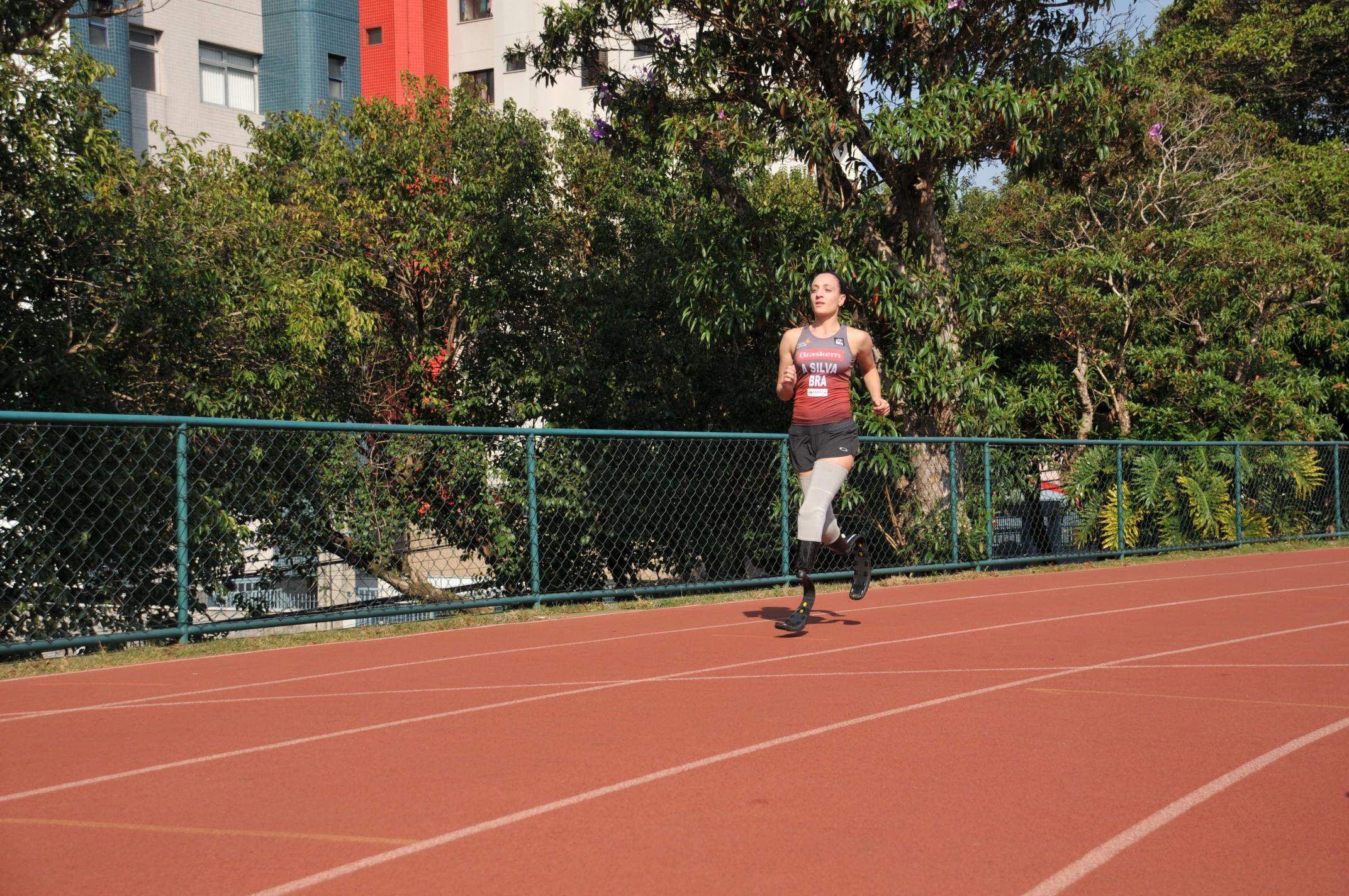 LEG Para os treinos na pista de atletismo do Bolão, em Jundiaí, Adriele utiliza as lâminas próprias para corrida  (Foto: Guto Gonçalves/Estúdio13)