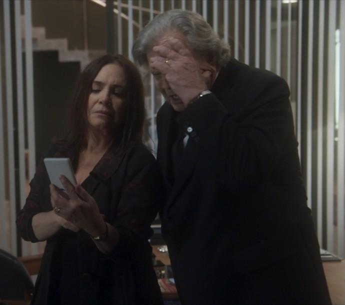 Suzana mostra algo no celular para Fausto (Foto: TV Globo)