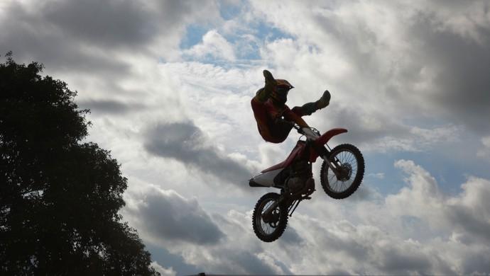 Piloto Riderson  faz manobra durante salto na prova da categoria 230cc (Foto: Amanda Pinheiro/Arquivo Pessoal)