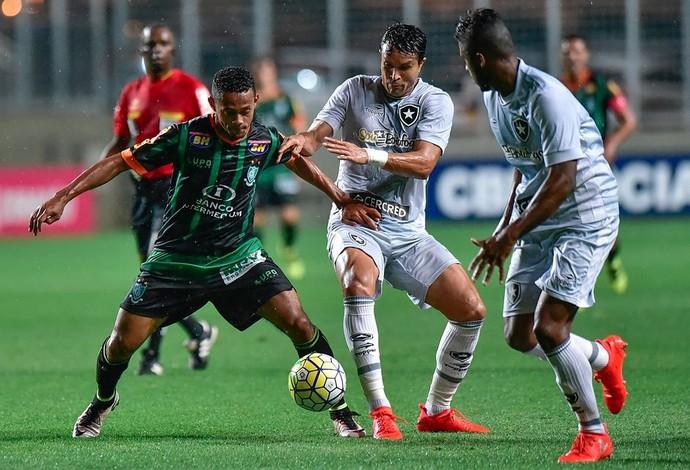 Ernandes ajudou na marcação do América-MG diante do Botafogo (Foto: Divulgação/AFC)