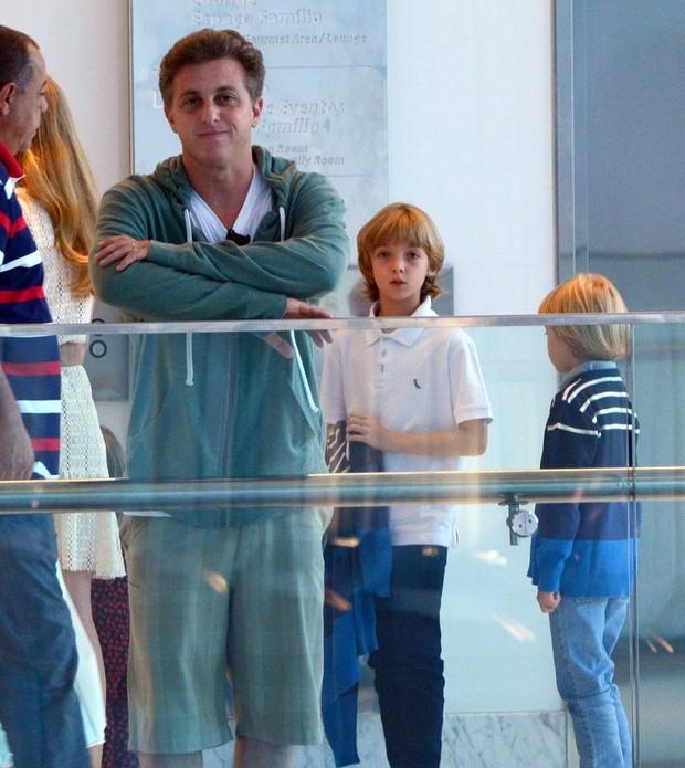 Angélica e Luciano Huck com os filhos (Foto: Marcus Pavão/Agnews)