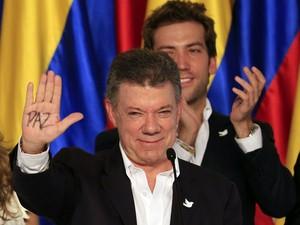 O presidente reeleito da Colômbia, Juan Manuel Santos, comemora sua vitória nas eleições neste domingo (15) (Foto: Jose Miguel Gomez/Reuters)