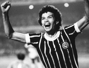 Sócrates comemora mais um gol com a camisa do Corinthians (Foto: Gazeta Press)