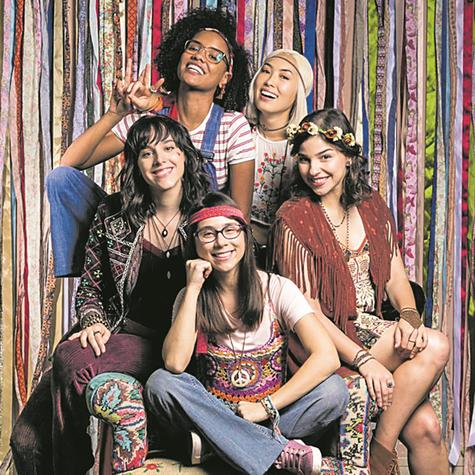 Manoela Aliperti, Heslaine Vieira, Ana Hikari, Gabriela Medvedovski e Daphne Bozaski, de 'Malhação', posam para a coluna caracterizadas para Balada dos Anos 70 (Foto: Globo/ Sergio Zalis)