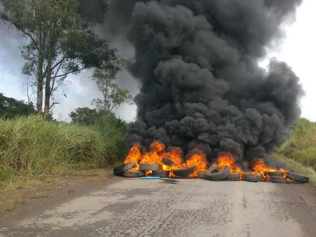 Comerciantes do Ceasa ateiam fogo em pneus e interditam vicinal em Piracicaba (Foto: Raphael Pedroso)