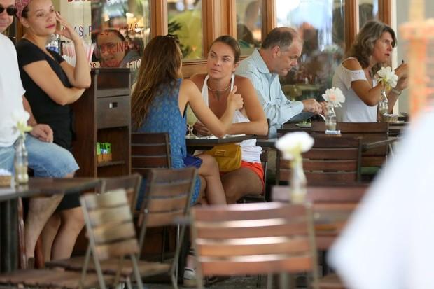 Letícia Birkhauer almoça em restaurante natural (Foto: ANDRÉ FREITAS/ AGNEWS)