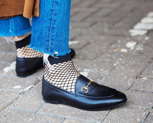 A meia arrastão volta a ser um destaque do street style (Foto: Imaxtree)