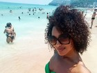Sheron Menezzes exibe barriga chapada de biquíni na praia