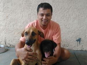 Lucas com a Pandora e o labrador de estimação (Foto: Arquivo Pessoal)